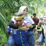 KUAT: Usai meminum madu di peternakan lebah milik warga di Gunung Sari, Kilometer 12, Bulungan, Zainal menggendong sang istri.