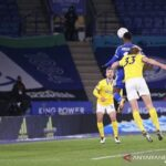 Penyerang Leicester City Kelechi Iheanacho (atas) mencetak gol sundulan