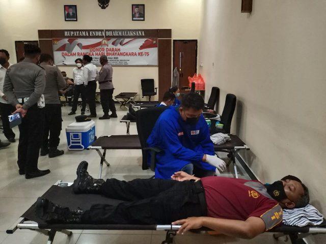 Personel Polres Bulungan saat melakukan aksi donor darah
