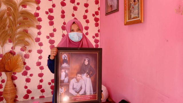 Istri Revhaldi saat berada di rumah duka