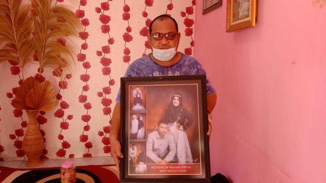 Ayah Revhaldi memegang foto mendiang anaknya