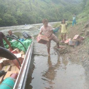 penyaluran SOA barang melalui jalur sungai di Lumbis