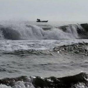 gelombang tinggi di perairan laut Selat Malaka
